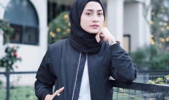 Tampil Beda dengan Perpaduan Jaket Bomber dengan Hijab